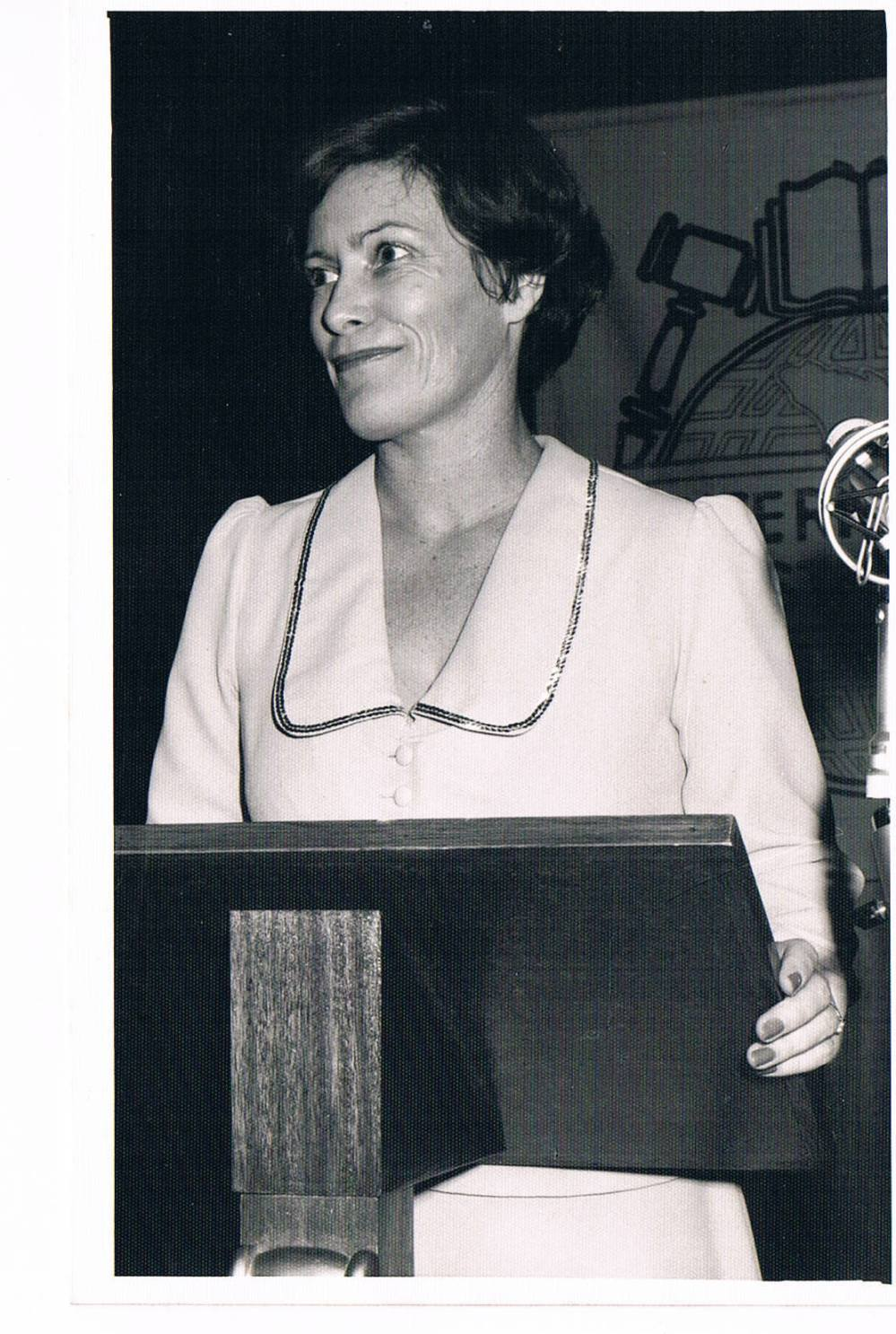 elizabeth-wilson-at-lectern-in-early-days